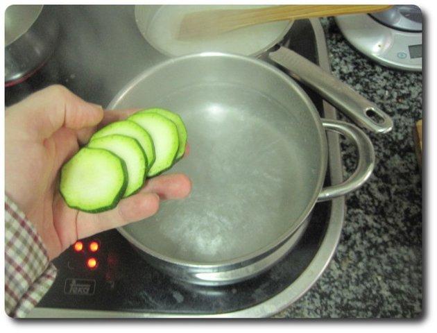Ponemos una pota mediana con agua hasta la mitad y con sal, a fuego máximo. Cuando hierva echamos dentro las rodajas de calabacín.