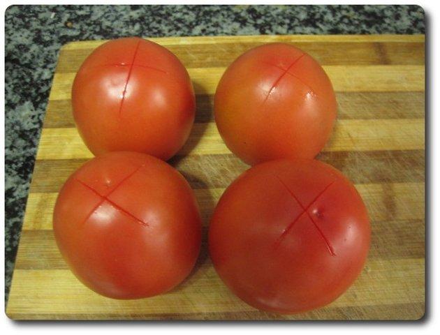 Les damos un corte en cruz a los tomates para poderlos pelar luego más fácilmente. Últimamente estoy usando tomates pera. Dan un buen resultado.