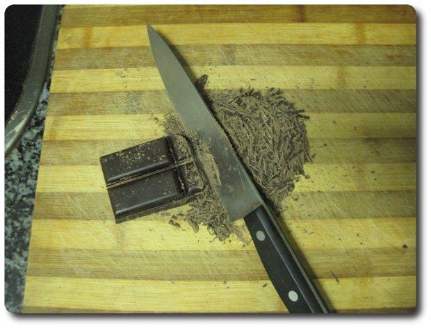 Vamos picando el chocolate finamente, así se deshará más fácilmente al añadirlo a la leche.
