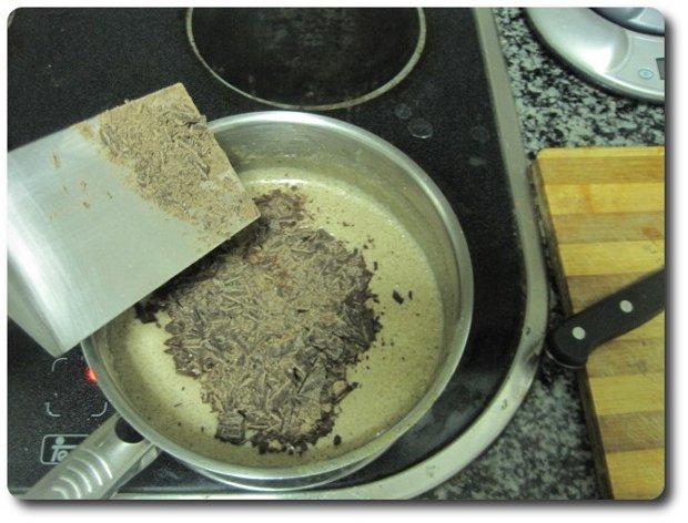Añadimos el chocolate picado. Se puede hacer fuera del fuego, pues le llega el calor remanente para disolverse.