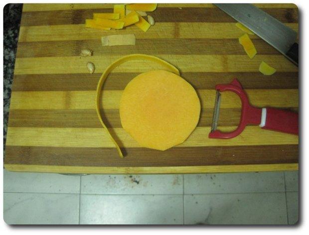 Otra forma mejor, mucho más efectiva, al no desperdiciar tanto, y más rápida es hacerlo con el mismo pelador que usamos para las zanahorias.