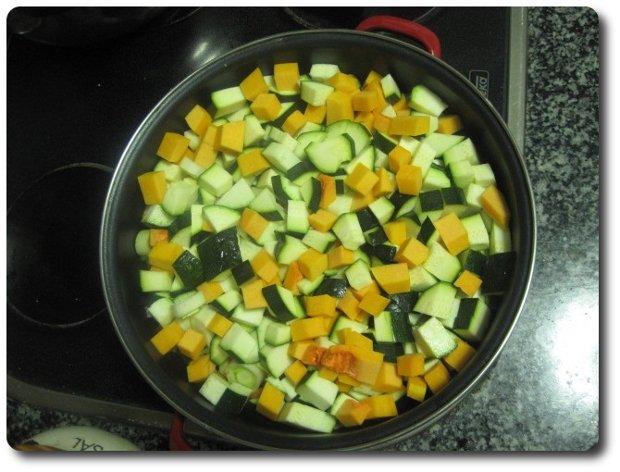 Echamos todos los ingredientes en una cazuela, mejor si es ancha y baja, pero sino, pues da igual.