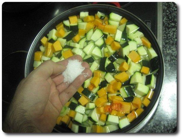 Cubrimos de agua y le echamos un poco de sal. Lo tendremos a fuego medio. Una vez que rompa a hervir, lo tendremos así 20 minutos más.