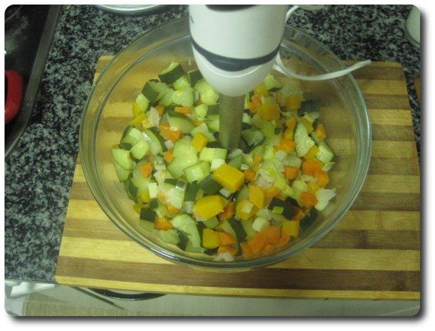 Una vez cocido lo echamos en un bol o similar y lo pasamos por la batidora.