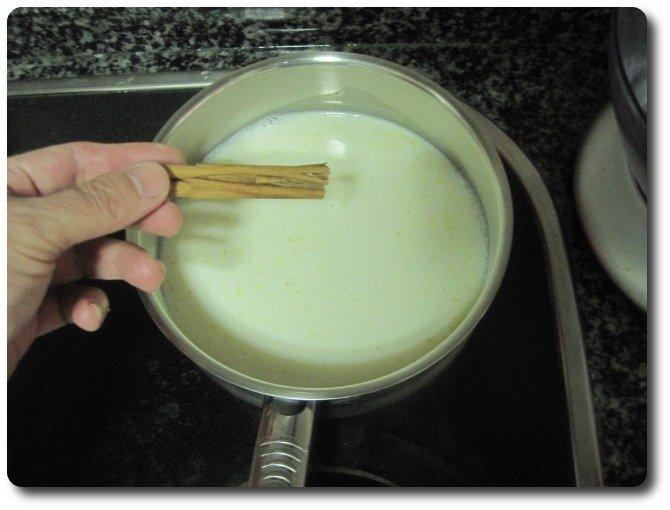 En un cazo echamos un litro de leche.