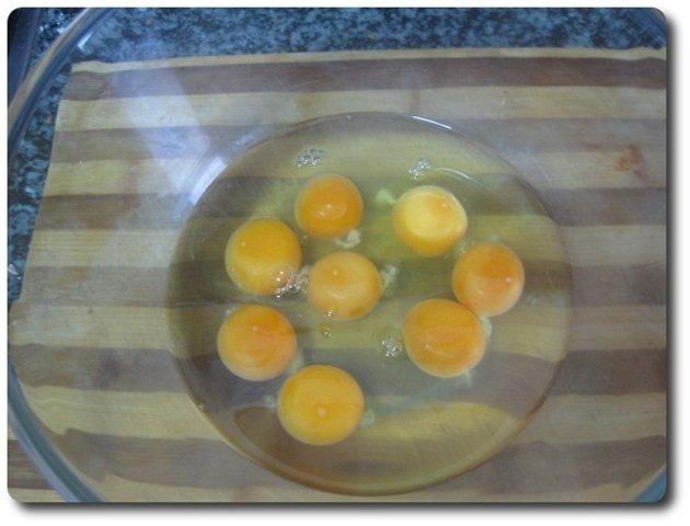 En un bol vamos a echar 8 huevos. Realmente hay muchas ideas acerca de cuantos huevos hay que usar según la cantidad de leche. A mí me parece una buena proporción echar 4 huevos por cada medio litro de leche, y una cucharada de azúcar por cada huevo.