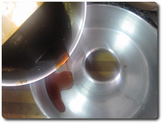 Este otro ejemplo es para hacer el flan de café en una flanera grande, de litro y medio. Echamos el caramelo en el fondo.