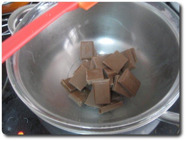 Derretimos al baño maría unos 175 gr. de chocolate con leche. También podría hacerse en el microondas, pero a mí me gusta más así, pues controlas mejor el proceso.