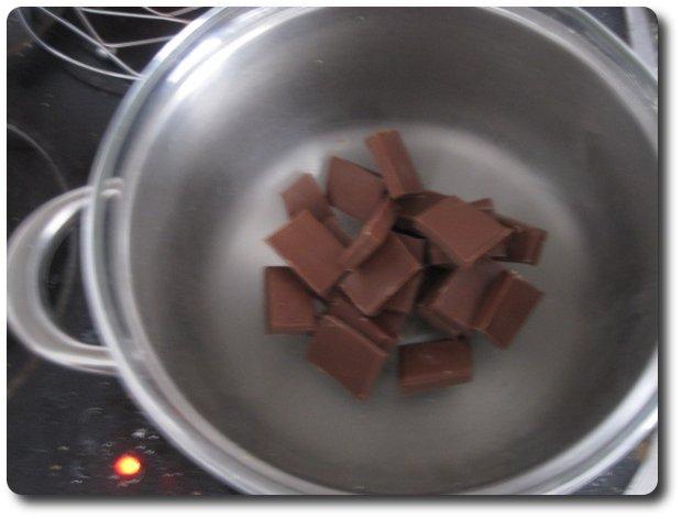 Esta forma es válida para cualquier pastelito, bombón, donuts, o ferrero rocher que hagamos en casa y que queramos que se puedan coger sin manchar los dedos de chocolate. Para ello necesitamos templar el chocolate. Echamos la mitad del total del chocolate que tengamos pensado usar en un bol al baño maría. En mi caso, como voy a derretir 300 gr., echo primeramente solo 150.