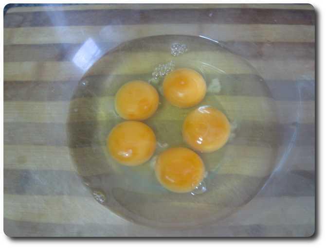 Empezamos echando 5 huevos L en un bol para batirlos.