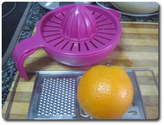 Vamos a rayar una naranja por encima y echarle el zumo de dos de ellas.