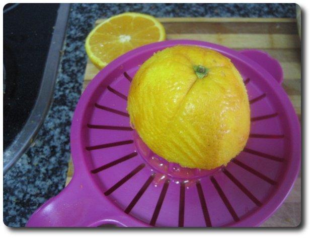 Luego exprimimos dos naranjas.