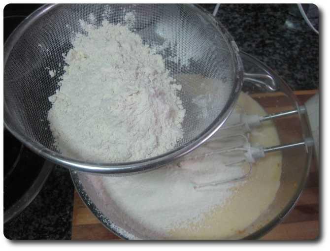 Tamizamos los 350 gr. de harina de repostería.
