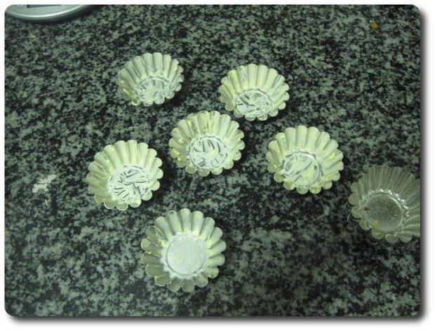 Mientras se va enfriando, untamos con mantequilla unos moldes rizados de unos 6-7 cm. de diámetro para nuestros pasteles de Belem.
