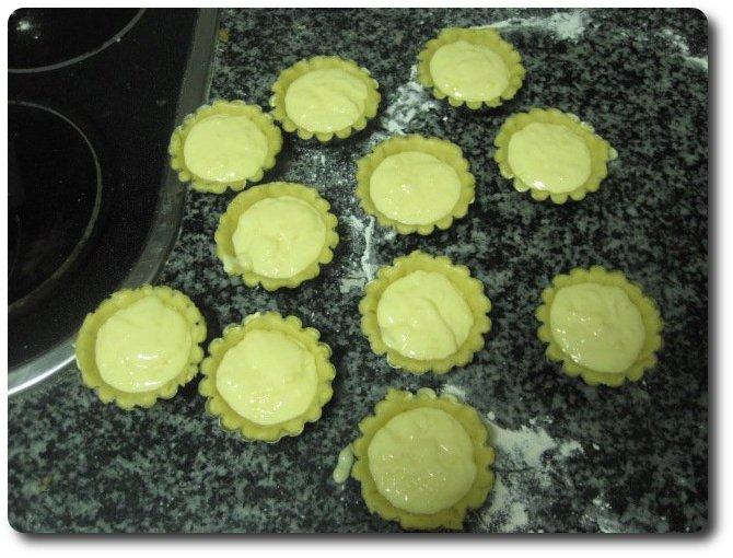 Precalentamos el horno a 250º C. Vamos echando crema en cada uno de los moldes, sin llegar hasta arriba de todo. Lo dejaremos en el horno hasta que se hinchen y tomen un color como a quemado. En mi caso tardó unos 20 minutos, pero depende del horno.