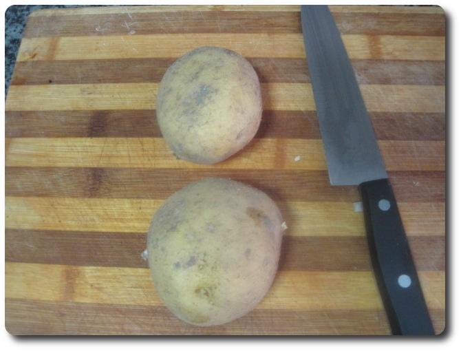 Mientras tanto, mientras la cebolla se hace, vamos con la patata. Siempre será mejor emplear dos patatas medianas que una grande. Suelen tener más sabor.