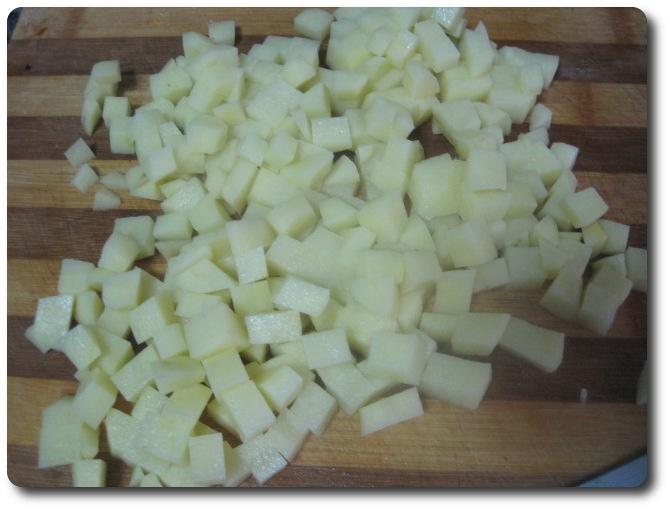 recetasbellas-quesadillas-14ene2015-16     Nos queda toda la patata picada en dados. Hay que procurar que queden lo más parecido posible en tamaño, para que se hagan por igual.