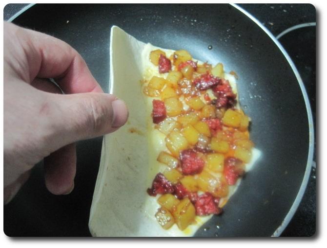 La otra parte de la tortita de trigo la doblamos sobre el relleno, cubriéndolo.