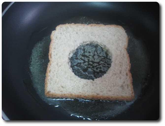 Colocamos la rebanada de pan en el centro, procurando que tenga bastante mantequilla derretida debajo.
