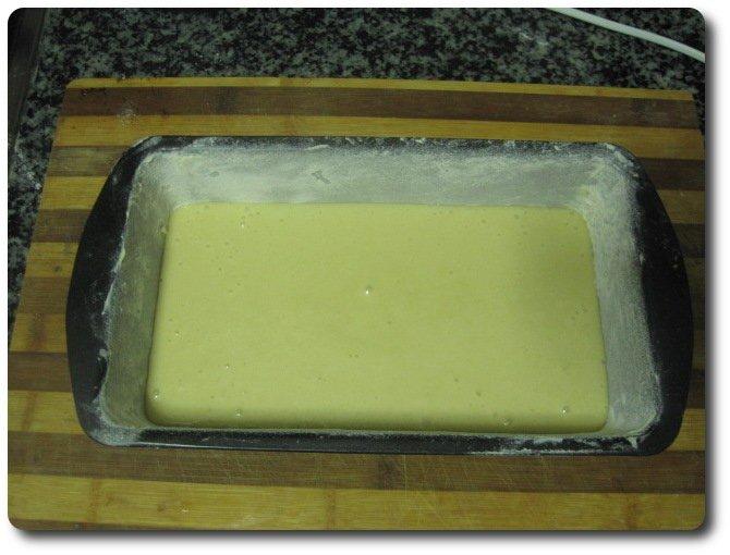 Vertemos la mezcla en el molde. Precalentamos el horno a 180º C si tiene ventilación interior o a 200º C si no la tiene, y lo introducimos dentro.