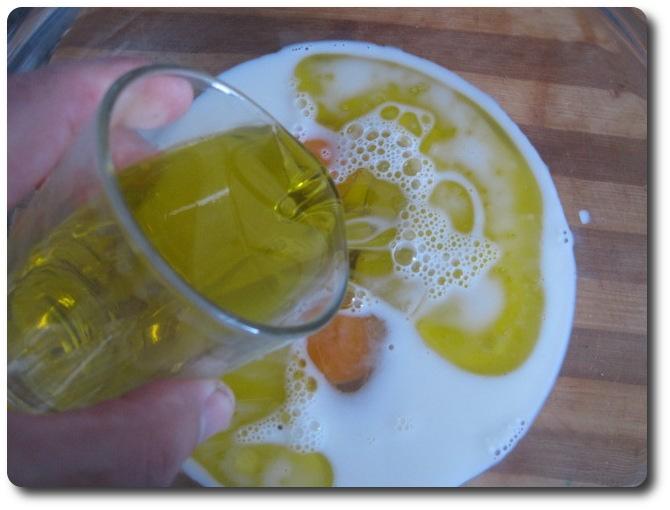 Añadimos otro vaso de aceite de oliva. Yo normalmente empleo el Virgen Extra para cocinar, salvo en algunas excepciones, como la mayonesa o aquí mismamente, ya que es un poco fuerte ese aceite. Aquí usamos aceite de oliva suave.