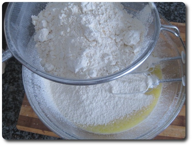 Tamizamos la harina que vaya admitiendo, que suele ser entorno a 1 kilo, para estas cantidades de líquido.