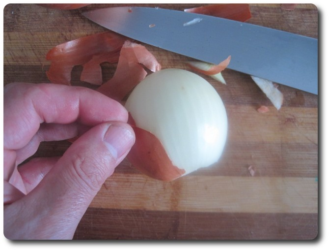 """La """"descamisamos"""", procurando sacar la menor capa posible, pues es en las capas externas donde la cebolla concentra la mayor parte de las vitaminas."""