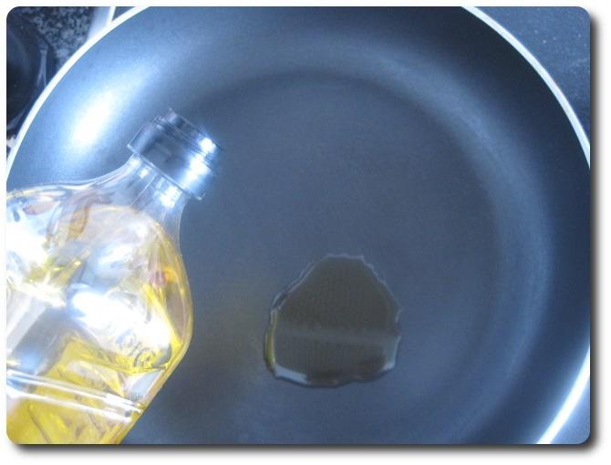 Calentamos en una sartén amplia a fuego medio, 2 cucharadas de aceite de oliva virgen extra.