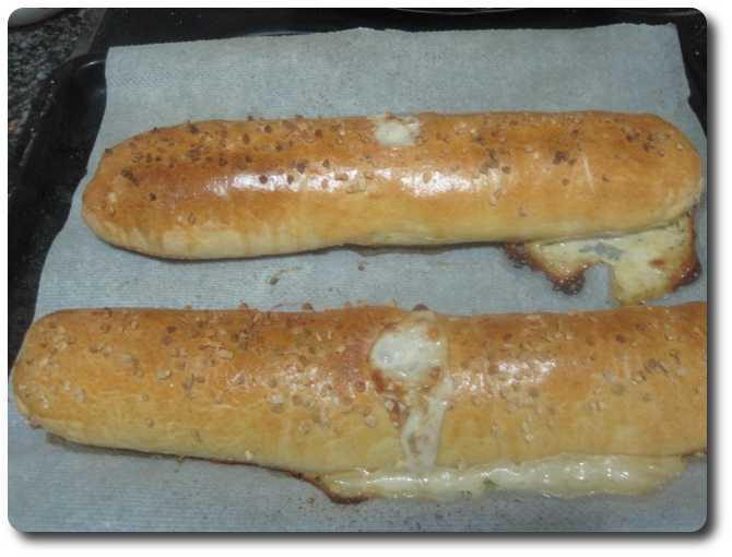Este es el aspecto que sacan pasada una hora de horno. Ese queso fundido que sobresale por el agujero y zonas donde no quedara perfectamente sellada, sabe a gloria ;-)
