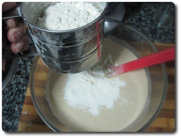 Vamos con los sólidos. Tamizamos encima unos 250 gr. de harina de trigo.