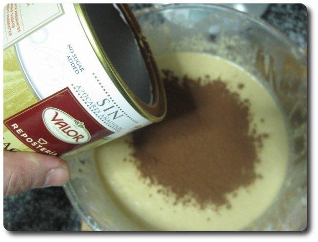 El cacao en polvo es opcional e, incluso, la cantidad que echamos de él. Yo aquí echo unos 10 gr. de cacao en polvo puro, sin azúcar. Si echamos más, nos tendrá el pastel un aspecto final más oscuro y un sabor más fuerte a chocolate. A mí me gusta así, con un color final no tan marcado y un suave aroma y sabor a chocolate.