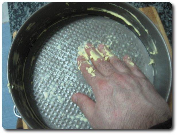 Con el horno precalentado a 180º C si tiene ventilador y 200º C si no lo tiene, vamos engrasando un molde, en mi caso un molde redondo desmontable de 24 cm. con un poco de mantequilla.