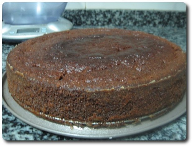 Y así queda nuestro pastel tras una hora de horno a 200º C (el mío no tiene ventilación).