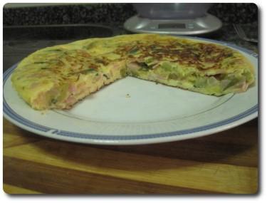 La apartamos finalmente a un plato y lista para servir nuestra tortilla de calabacín. Buen provecho, internautas ;-)