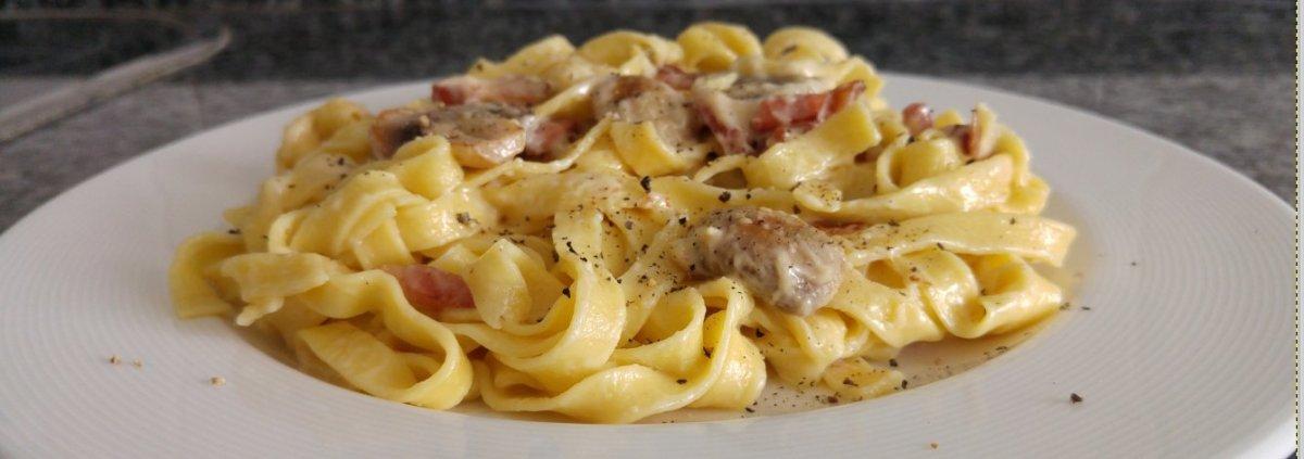 Pasta fresca con beicon y champiñones