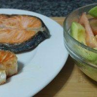 Salmón a la plancha con aguacate y tomate