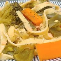 Cintas de pasta fresca con salmón y verduras