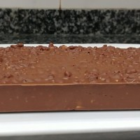 Turrón de chocolate, arroz inflado y frutos secos